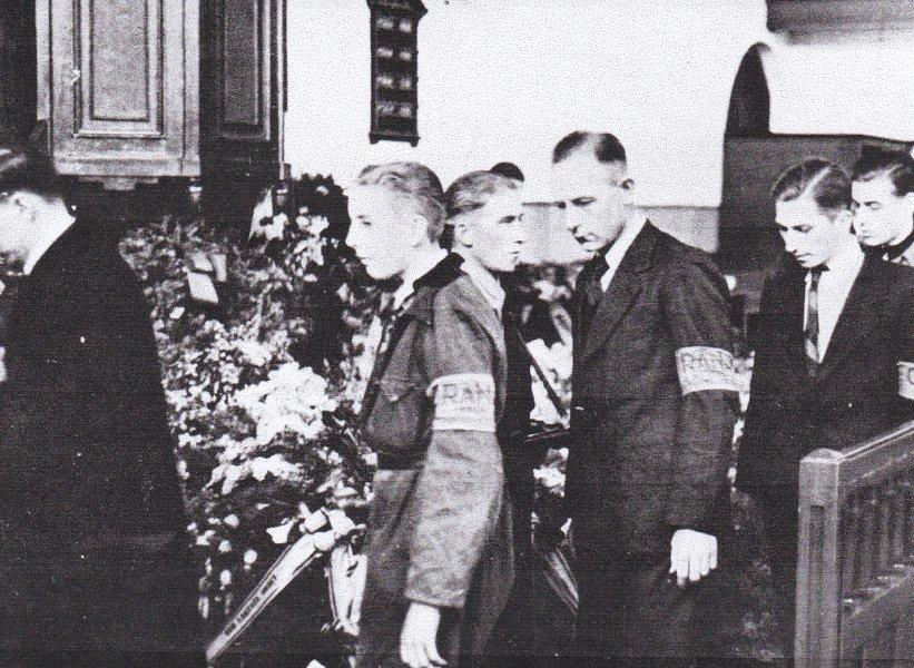 Defilé langs de baren 9 mei 1945.jpg