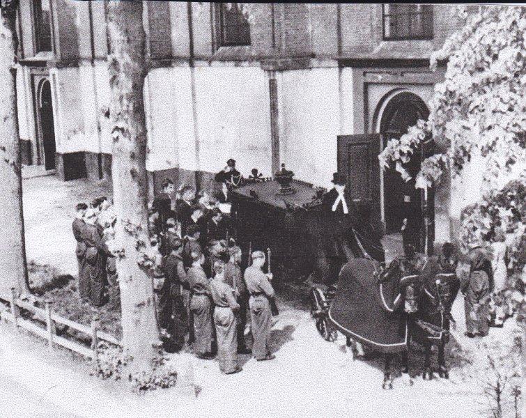 Begrafenis 9 mei 1945 (1).jpg