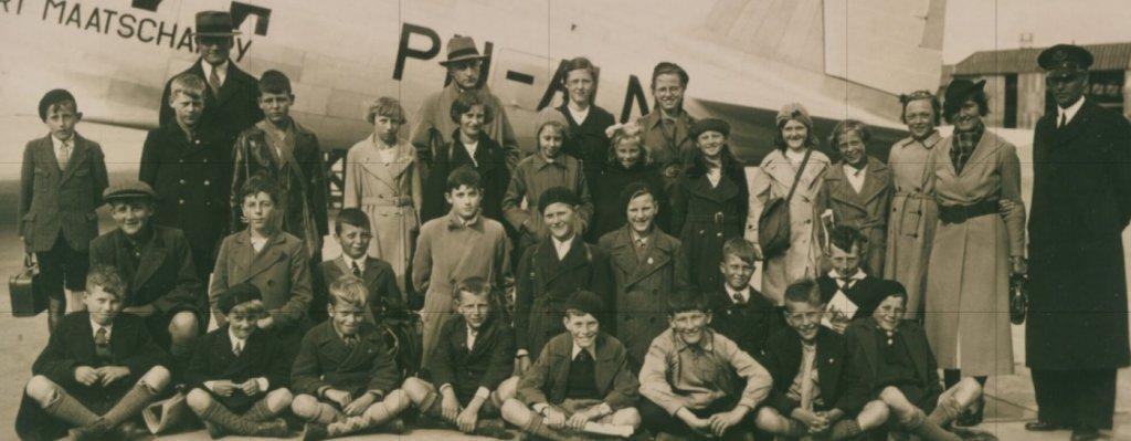 Foto schoolreisje vliegveld Waalhaven 1937 Bram 3e rij vb  1na laatste.jpg